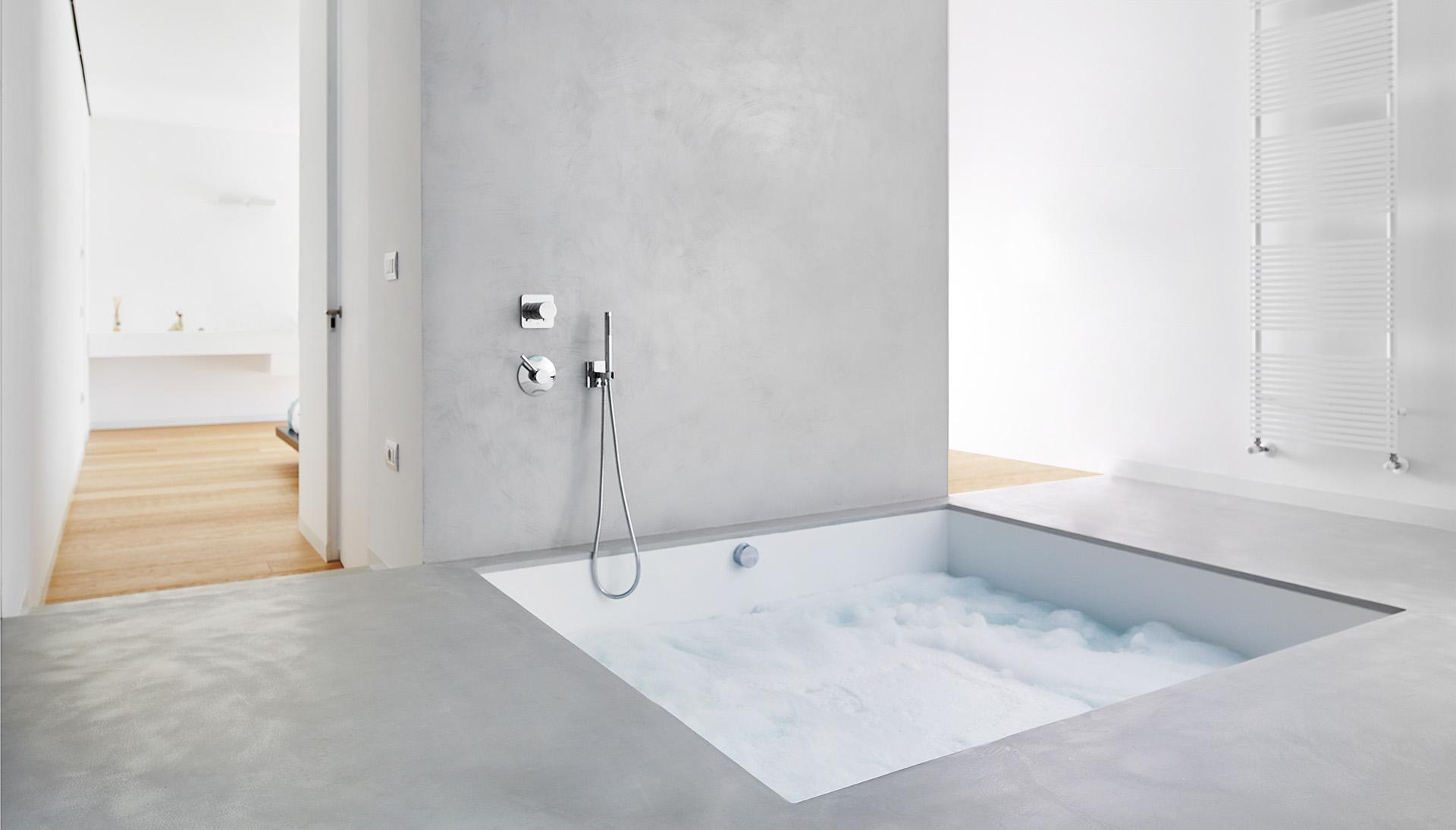 bagno completamente ristrutturato e rivestito con microcemento